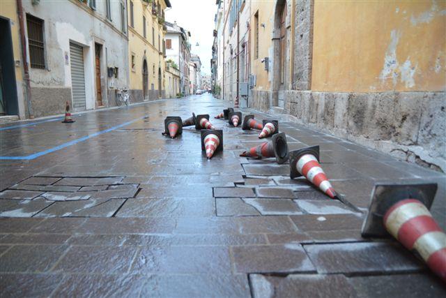 Coni rovesciati in via Terenzio Varrone